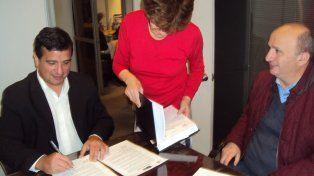 Los dos dirigentes sellaron el acuerdo en una escribanía de la Ciudad de Buenos Aires.