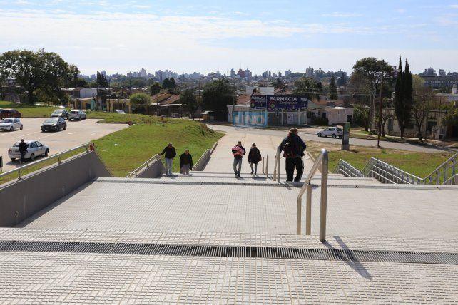La escalera del ingreso principal al hospital. Foto UNODiego Arias.