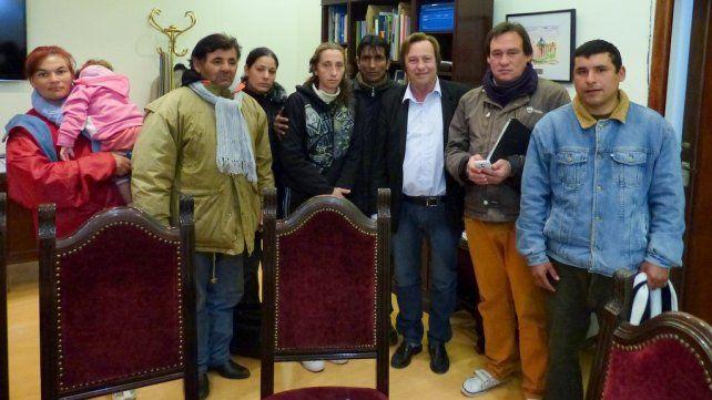 Varisco recibió en su despacho a los tarjeteros que ayer protestaron. Foto prensa Municipalidad de Paraná.