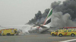 Aterrizaje forzoso e incendio de un avión en plena pista