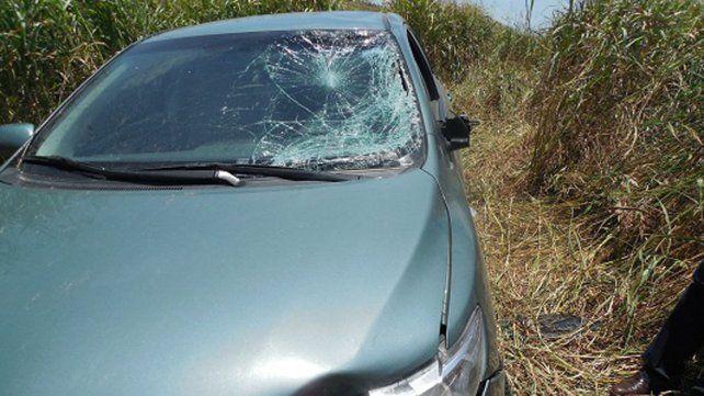El auto guiado por Toto Yabrán quedó a la vera de la ruta entre los matorrales.