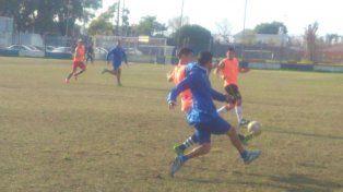 Amistoso. Sportivo Urquiza y Atlético Paraná disputaron ayer un cotejo preparatorio en la cancha de la V Azulada.