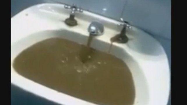 Denuncian que hay líquidos cloacales en la red de agua del hospital Heras