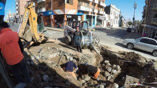 Los trabajadores municipales tratando de arreglar el caño roto. Foto UNOJuan Manuel Kunzi.