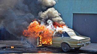 Se prendió fuego un auto en calle Almirante Brown