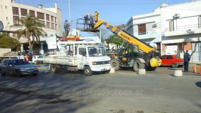 Trabajos. Ayer colocaron un semáforo y esperan habilitar el tránsito en estos días.