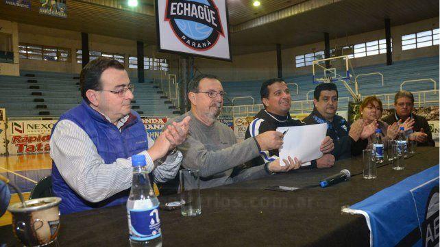 Maffei se apresta a firmar el contrato en medio de la conferencia de presentación en el Luis Butta.