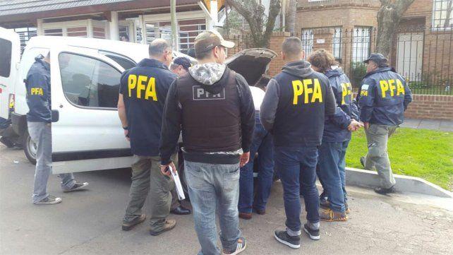 Detectives de la división homicidios de la Policía Federal revisan la camioneta de los sospechosos.