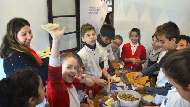 Felices. Los niños prepararon empanadas en el taller de cocina.