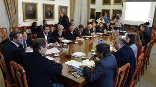 Encuentro. El mandatario provincial compartió información con intendentes de todos los partidos.