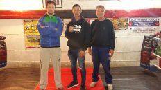 Carlos Lemos, Lautaro Zorzoli y José Lino Lemos ayer en el gimnasio de Colón de Santa Fe ultimando detalles para la velada de hoy.