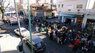 Una multitud espera en cercanías de la iglesia de San Cayetano