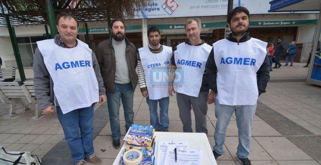 Hoy a la mañana recolectaron cerca de 200 firmas en la peatonal de Paraná. Foto UNO. Juan Manuel Hernández.