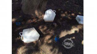 Aparecieron bidones con restos de orina en una plaza