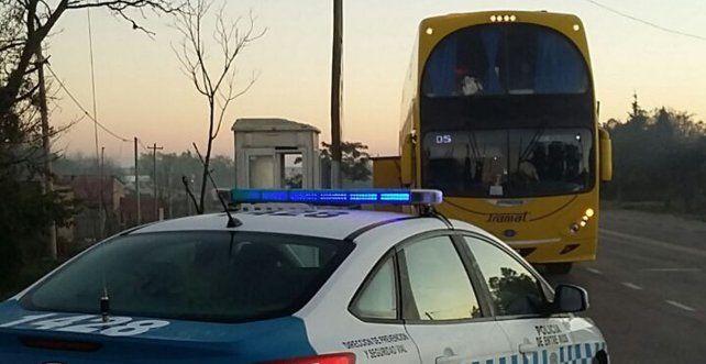 El colectivo paró para la inspección de rutina y se encontraron con el cargamento. Foto policía.