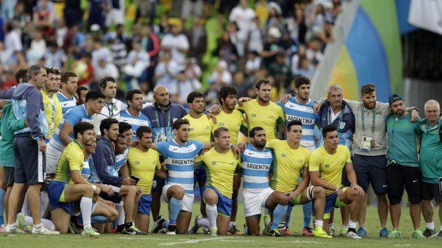 Al término del partido los equipos se fotografiaron juntos Foto: AP