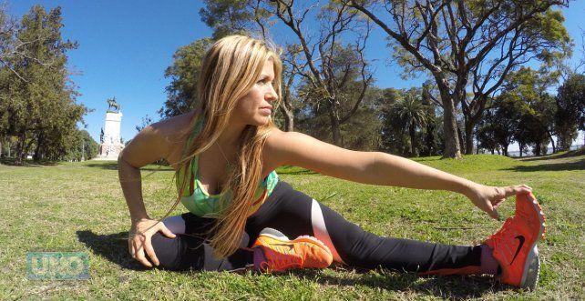 Graciela hoy estirando en el Parque Urquiza de Paraná.FotoUNOJuan Manuel Kunzi.