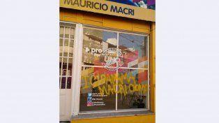 Escribieron Macri chorro en el local del PRO