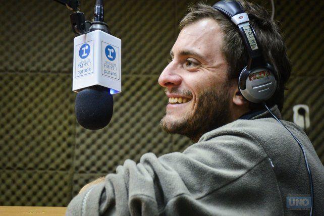 Sebastián la semana pasada visitó el estudio de Radio 97.1 La Red Paraná. Foto UNO Mateo Oviedo.