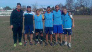 El DT Universitario con los chicos que hicieron su debut ante Argentino Juniors en el Unidad.