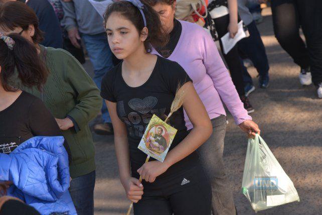 La joven marchó el domingo en la peregrinación a San Cayetano. Foto UNO Juan Manuel Hernández.
