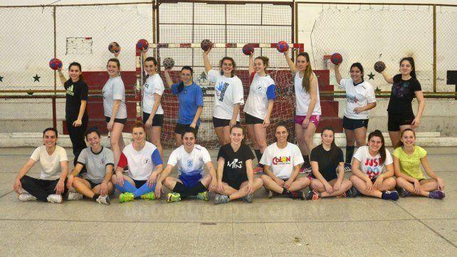 Mayores y juveniles juntas en el entrenamiento en el gimnasio de la Sociedad.