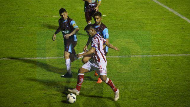 Diego Godoy intentó abrir la cancha en los primeros pasajes con sus desbordes por izquierda.