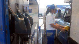 El Gobierno acordó con petroleras congelar el precio de las naftas y el gasoil