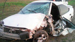 Joven conductor perdió el control de su auto y lo destrozó contra un puente