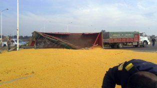 Un camión que transportaba granos volcó en el acceso Norte de Paranà