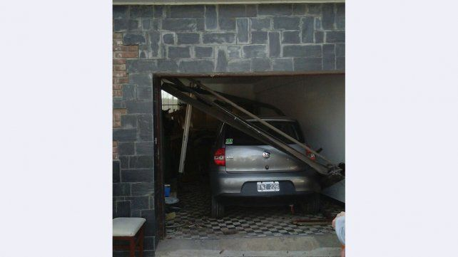 Chocó y terminó adentro de un garaje