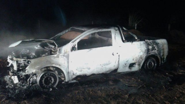 Una camioneta se incendió en un camino vecinal