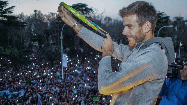 En casa. El tenista Juan Martín del Potro llegó ayer a su Tandil natal y fue recibido por una verdadera multitud.