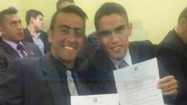 Con orgullo. Daniel Zamora (LPF) y Rodrigo Garcilano (Liga Victoriense) con sus diplomas de juez nacional.
