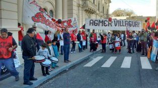 La movilización de Agmer llegó ayer hasta la puerta de la Casa de Gobierno. Foto Agmer Paraná.