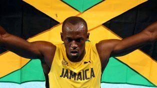 Usain Bolt. El jamaiquino festeja con su bandera y el público. Su destreza al correr cautiva la atención de millones de personas.