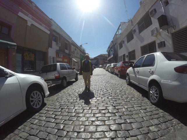 En calle Chile los autos estacionados reducen la circulación a un carril. Foto UNOJuan Manuel Kunzi.