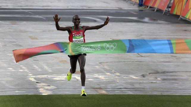 EL ORO. El keniata Eliud Kipchoge logró quedarse con la Medalla de Oro al ganar con un tiempo de 2 horas 8 minutos y 44.
