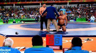 Un luchador festejó antes de tiempo, lo descalificaron y sus entrenadores se desnudaron