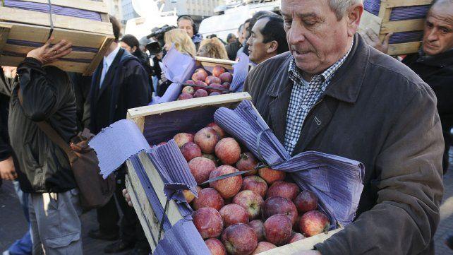 En dos horas se acabaron los 10.000 kilos de frutas que regalaron en la protesta frutihortícola