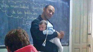 Un profesor durmió al inquieto bebé de una alumna sin dejar de dar su clase