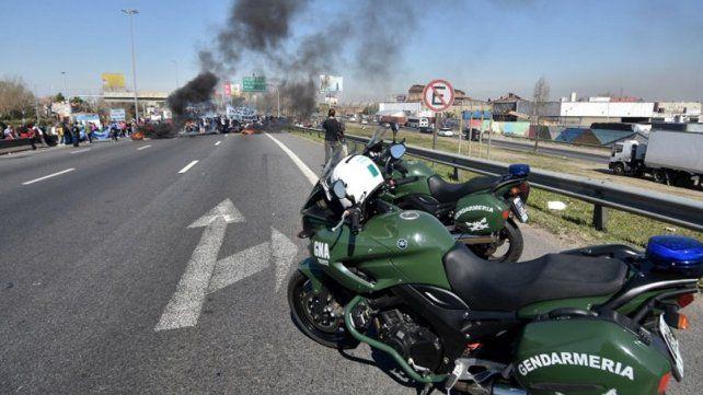 Reprimen protesta de organizaciones sociales en la Autopista La Plata
