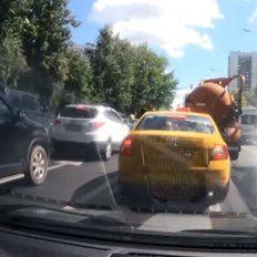 #EsViral Un camión lleno de material fecal estalla en medio del tránsito