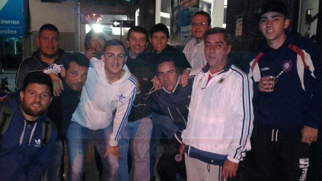 Los integrantes de la peña El Bastón son los primeros en la puerta de Diario UNO de Entre Ríos.