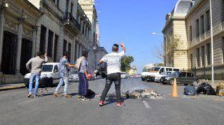 El momento justo en que comenzó el corte de calle Corrientes. Foto UNO Mateo Oviedo.