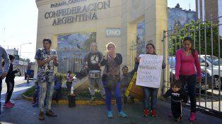 Muchachos y mujeres jóvenes con niños tomaron el estacionamiento de la Municipalidad. Foto UNO Mateo Oviedo.