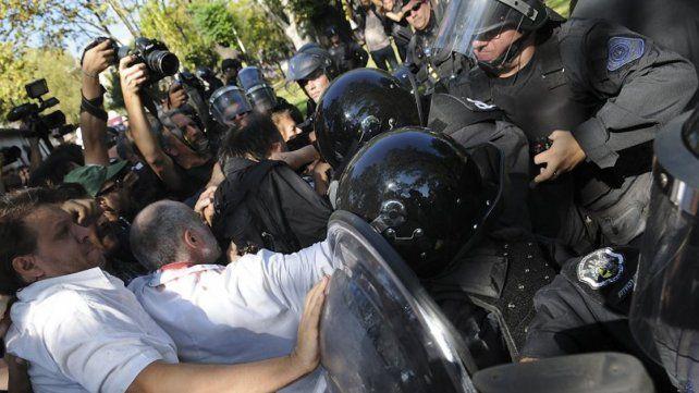 A tres años de la represión en el Borda, sobreseyeron a Mauricio Macri