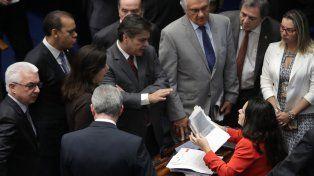 Gritos y caos interrumpen juicio contra Dilma Rousseff