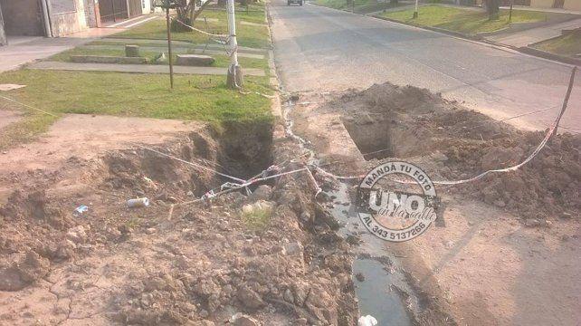 Vecino de 78 años debió tapar un pozo en la calle