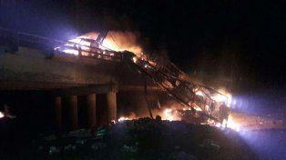 Así se incendió un camión en la autovía 14